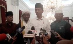 Presiden Joko Widodo (tengah)