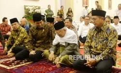 Presiden Joko Widodo (tengah) berbincang dengan Ketua MUI KH Maruf Amin saat buka bersama jajaran kabinet kerja di Istana Bogor, Jawa Barat, Senin (29/5).