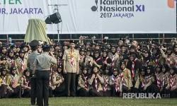 Presiden Joko Widodo (tengah) berfoto bersama para anggota pramuka dalam acara Raimuna Nasional XI yang bertepatan dengan peringatan ulang tahun Pramuka ke-56 di, Bumi Perkemahan Cibubur, Jakarta, Senin (14/8).