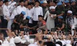 President Joko Widodo (center) gave a short speech after Friday prayer. He was accompanied by Vice President Jusuf Kalla and Coordinating Ministry of Defense Wiranto.
