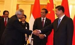 President Joko Widodo (c) introduced Indonesian ambassador to China and Mongolia Soegeng Rahardjo (l) to the Chinese President Xi Jinping in Beijing.