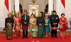 President Joko Widodo (third from lefti) and Vice President Jusuf Kalla (fourth from right) take photograph with (from left) former president BJ Habibie, First Lady Iriana Joko Widodo, former president President Megawati Soekarnoputri, former first lady Mufidah Jusuf Kalla, former president Soesilo Bambang Yudhoyono and former first lady Ani Yudhoyono at Merdeka Palace, Jakarta, Thursday (August 17).