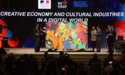 Presiden Perancis Francois Hollande (ketiga kanan) memperhatikan lukisan karya seniman asal Indonesia dan Perancis dalam Pertemuan Ekonomi Kreatif dan Promosi Industri Kebudayaan di Era Digital di Jakarta, Rabu (29/3).