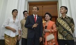 Presiden terpilih Joko Widodo (tengah) bersama Isteri Ny. Iriana (kedua kanan), anak sulung Gibran Rakabuming Raka (kanan), anak kedua Kahiyang Ayu (kiri) dan anak bungsu Kaesang Pangarep (kedua kiri) menemui wartawan sebelum menuju Gedung MPR di Rumah Din