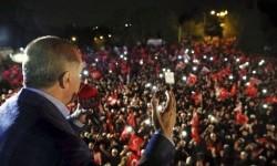 Presiden Turki Recep Tayyip Erdogan berpidato di hadapan pendukungnya setelah hasil tak resmi referendum diumumkan di Istanbul, Ahad, 16 April 2017.