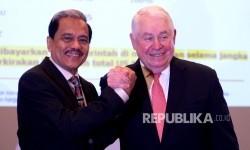 President dan CEO Freeport-McMoRan Inc Richard C Adkerson (kanan) berjabat tangan dengan Penasihat Senior PT Freeport Indonesia Chappy Hakim (kiri) usai konferensi pers di Jakarta, Senin (20/2).