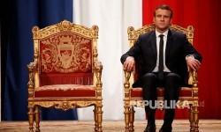 President Emmanuel Macron mendengarkan walikota Paris Mayor Anne Hidalgo dalam sebuah acara di Hotel de Ville, Paris, Senin (15/5) dini hari.
