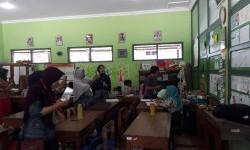 Puluhan guru, kepala sekolah dan pengawas dari Kabupaten Banggai melakunan kunjungan studi banding ke SD Negeri 2 Karangmloko Kabupaten Sleman, Kamis (14/9).