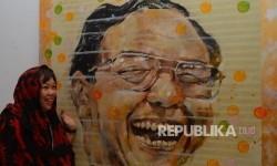 Putri Presiden keempat indonesia K.H Abdurrahman Wahid, Inayah Wahid melihat koleksi foto Gus Dur di rumah pergerakan Gus Dur saat acara peresmian di Menteng, Jakarta Pusat, Ahad (24/1).
