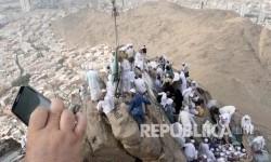 Ratusan jamaah haji memadati mulut Gua Hira di Jabal Nur (Ilustrasi)