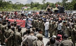 Hundred employees of PT Freeport Indonesia staged a demonstration in front of Mimika regent office, Papua, Friday (Feb 17).