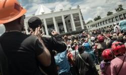 Ratusan karyawan PT Freeport Indonesia berdemonstrasi di Kantor Bupati Mimika, Papua, Jumat (17/2).