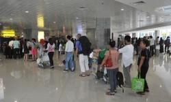 Ratusan penumpang antre di terminal keberangkatan domestik Bandara I Gusti Ngurah Rai, Denpasar, Selasa (10/5).