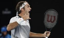 Reaksi Roger Federer setelah mengalahkan Kei Nishikori pada babak perempat final Australia Terbuka 2017 di Melbourne, Ahad (22/1).