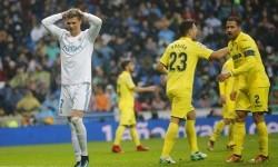 Reaksi striker Real Madrid, Cristiano Ronaldo (kiri) pada laga La Liga lawan Villarreal di Santiago Bernabeu, Sabtu (13/1). Madrid kalah 0-1 pada laga ini.