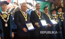 Rektor ITB Prof. Dr.  Ir. Kadarsah Suryadi DEA, memberikan penghargaan pada Menteri Pekerjaan Umum dan Perumahan Rakyat (PUPERA) Republik Indonesia, Dr. Ir.  Mochamad Basuki Hadimuljono, M.Sc, Menteri Pariwisata Indonesia Dr. Ir. Arief  Yahya, M.Sc, dan Sekretaris Kabinet Indonesia Dr. Ir. Pramono Anung Wibowo, M.M. karena dinilai telah berjasa, Kamis (24/8).