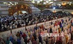 Ribuan jamaah mengikuti shalat tarawih pertama Masjid Pusdai, Kota Bandung, Jumat (26/5).