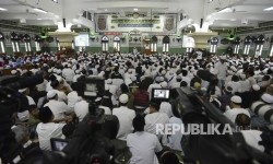 Ribuan jamaah shalat berjamaah di Masjid Agung Al-Azhar, Kebayoran Baru, Jakarta (Ilustrasi)