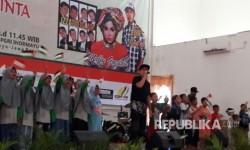 Ribuan pemuda, anak-anak dan masyarakat menghadiri Konser Amal dari Indramayu untuk Al Aqsa Tercinta di Gedung PGRI Indramayu, Ahad (13/8). Acara untuk menggalang donasi bagi Palestina itu diisi oleh sejumlah artis ibukota, di antaranya Melly Goeslaw.