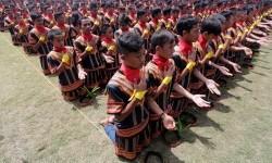 Ribuan penari tampil pada pagelaran tari tradisional Saman massal di stadion Seribu Bukit, Blang Kejeren, Gayo Lues, Aceh, Ahad (13/8).