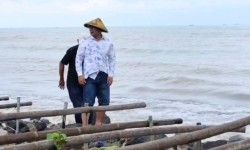 Tinjau Dadap, Ridwan Kamil Siapkan Solusi Atasi Abrasi