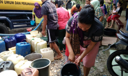Rumah Zakat salurkan air untuk korban kekeringan di Sukabumi.