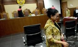 Saksi kasus dugaan korupsi pengadaan proyek e-KTP Miryam S Haryani usai memberikan keterangan saat sidang lanjutan di Pengadilan Tipikor, Jakarta, Kamis (30/3).