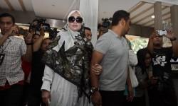 Saksi kasus dugaan pornografi Firza Husein (tengah) tiba di Ditreskrimsus Polda Metro Jaya untuk menjalani pemeriksaan, di Jakarta, Selasa (16/5).