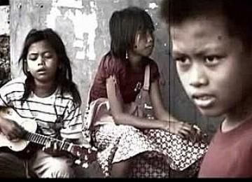 SURABAYA--Anak Jalanan dari dua sanggar mendapat pelatihan jurnalistik dari mahasiswa Komunikasi Universitas Airlangga (Unair) Surabaya. - sala-satu-potret-anak-jalanan-di-kota-surabaya-_110506075447-887