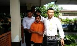 Samsul Anwar Harahap (35), tersangka sodomi terhadap 42 anak di sejumlah daerah digiring polisi. Dia akhirnya diringkus personel Polres Tapanuli Selatan di Medan, Sabtu (18/3).