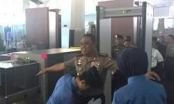Sebelum terbang menuju Jambi, Komjen Syafruddin mengikuti prosedur pemeriksaan seperti penumpang lain di Bandara Soekarno-Hatta, Selasa (18/7).