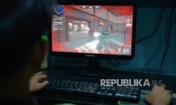 Sejumlah anak bermain game online jenis Point Blank di sebuah warung internet Kawasan tebet, Jakarta Selatan. (Republika/Raisan Al Farisi)
