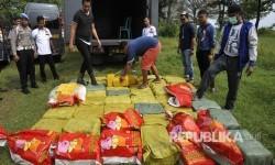Sejumlah anggota Dit Narkoba Polda Metro Jaya memeriksa paket-paket sabu yang gagal diselundupkan di Dermaga eks Hotel Mandalika, Anyer, Serang, Banten, Kamis (13/7).