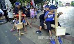 Sejumlah bermain roda yang berbahan dasar limbah kayu saat gelar kaulinan budak di Jalan Soekarno, Kota Bandung, Sabtu (20/5).