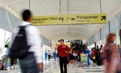 Sejumlah calon penumpang memasuki ruang tunggu terminal penumpang yang baru di Bandara Sultan Syarif Kasim II Pekanbaru (Ilustrasi)