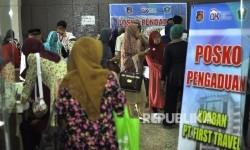 Sejumlah jamaah korban dugaan penipuan perjalan umrah First Travel mendatangi posko pengaduan korban PT First Travel di Kantor Bareskrim Polri Gambir, Jakarta Pusat, Selasa (22/8).