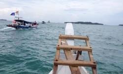 Sejumlah kapal wisata berlayar membawa wisatawan menuju Pulau Lengkuas , Belitung, Bangka Belitung, Jumat, (19/2)