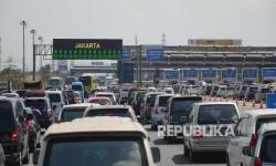 Sejumlah kendaraan menuju Jakarta mengantre di Gerbang Tol Cikarang Utama, Bekasi, Jawa Barat