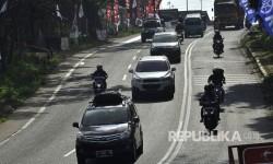 Sejumlah kendaran melintasi di ruas Jalan Nagreg, Kabupaten Bandung, Selasa (20/6).