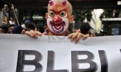Sejumlah massa berunjuk rasa menuntut penuntasan kasus BLBI di depan Gedung Komisi Pemberantasan Korupsi (KPK), Jakarta, Senin (12/5). (Republika/Aditya Pradana Putra)
