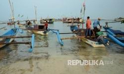 Sejumlah nelayan bersiap untuk melaut di Pantai Ujunggenteng, Kecamatan Ciracap, Kabupaten Sukabumi. (Republika/Edi Yusuf)