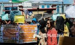 Sejumlah orang tua yang tergabung dalam Aliansi Orang Tua Korban Vaksin Palsu melakukan aksi di Halaman Rumah Sakit Harapan Bunda, Jakarta, Sabtu (23/7)