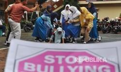 Sejumlah pelajar melakukan teatrikal saat menggelar aksi menolak bulliying (penggunaan kekerasan, ancaman, atau paksaan untuk menyalahgunakan atau mengintimidasi orang lain) di kompleks SMK 17 Temanggung, Jateng, Rabu (19/7).