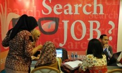 Job seekers tried to find vacancy at the Job Fair in Jakarta on Friday (6/13).