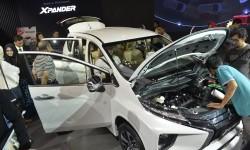 Sejumlah pengunjung memperhatikan mobi keluarga serbaguna (multi purpose vehicle/MPV), Mitsubishi Xpander dalam pameran Gaikindo Indonesia International Auto Show (GIIAS) 2017, ICE-BSD City, Tangerang, Banten, Rabu (16/8).
