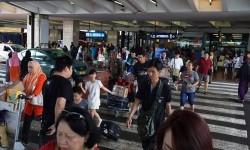 Sejumlah penumpang tiba di Terminal 2 Bandara Internasional Soekarno-Hatta, Tangerang, Banten.