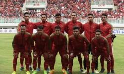 Sejumlah pesepak bola Timnas U-22 Indonesia melakukan sesi foto sebelum pertandingan persahabatan melawan Timnas Myanmar di Stadion Pakansari, Cibinong, Bogor, Jawa Barat, Selasa (21/3).