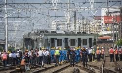 Sejumlah petugas mengevakuasi rangkaian kereta rel listrik (KRL) nomor 1340 relasi Jakarta Kota-Bekasi yang anjlok di Stasiun Jakarta Kota, Jakarta, Kamis (14/9).