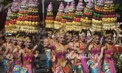 Sejumlah seniman membawakan tari kolosal Siwa Nata Raja yaitu salah satu dari sembilan tari Bali yang diakui UNESCO sebagai warisan budaya tak benda dalam parade Pesta Kesenian Bali ke-39 di depan Monuman Bajra Sandhi, Denpasar, Sabtu (10/6).