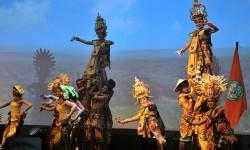 Sejumlah seniman membawakan tarian Kelapa Sawit saat pembukaan Konferensi Minyak Sawit (IPOC) 2015 di Nusa Dua, Bali, Kamis (26/11).